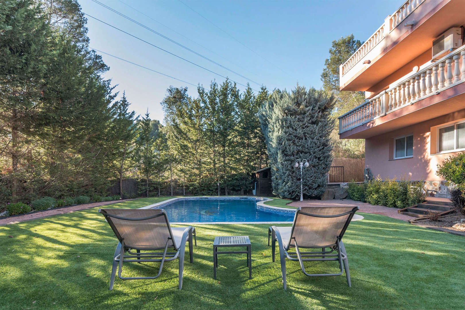 Garden with a couple of loungers photograph. Sell houses in Castelldefels.